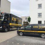 Zwei Umzugsautos der Firma KTS