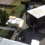 Vollbeladene Ladefläche eine Lastenaufzugs. Im Hintergrund ist ein Umzugs-LKW zu sehen.