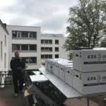 KTS-Mitarbeiter bedient KTS Möbellift, beladen mit Umzugskartons